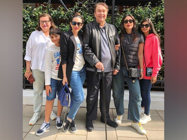 Kareena Kapoor Khan and Karisma Kapoor with their parents and children (Image courtesy: Instagram)