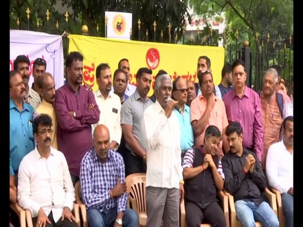 Journalists protest against ban on live telecast of House proceedings in Bengaluru