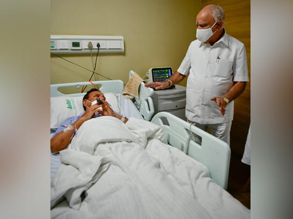 Karnataka Chief Minister, BS Yediyurappa visits Union Minister D.V.S. Gowda in hospital (Photo: Twitter)