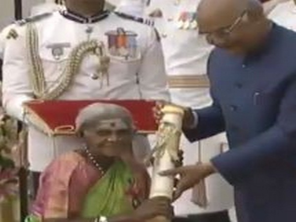 Saalumarada Timmakka receiving Padma Shri award from President Ram Nath Kovind last year in New Delhi. Photo/ANI