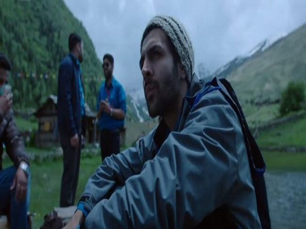 A still from the official music video of 'Mehrama' from 'Love Aaj Kal' (Image courtesy: YouTube)
