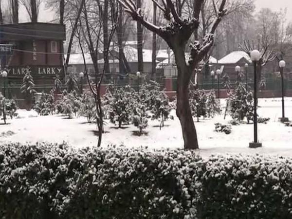 Heavy snowfall in Kashmir Valley has led to closure of Srinagar-Jammu highway. Photo/ANI