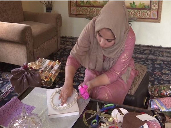 24-year-old female becomes entrepreneur, starts home delivery of gift hampers in Kashmir Valley. Photo/ANI