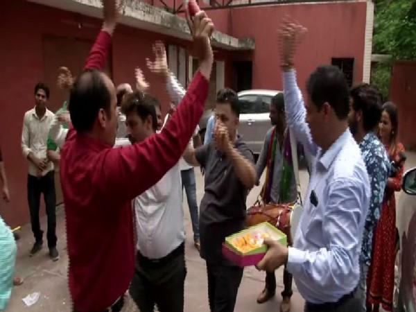 Displaced Kashmiri celebrating scrapping of Article 370 in Lajpat Nagar on Monday. Photo/ANI