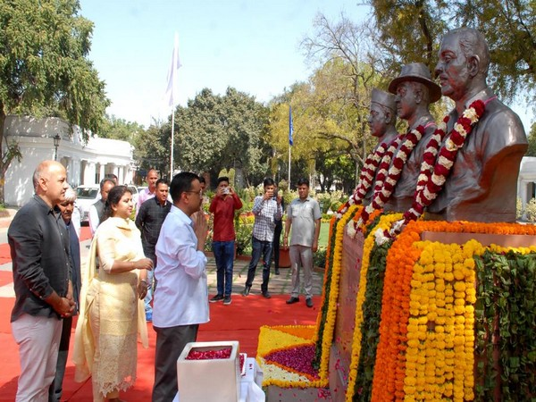 Delhi Chief Minister Arvind Kejriwal while paying floral tributes to martyrs on Saturday. Photo/ANI