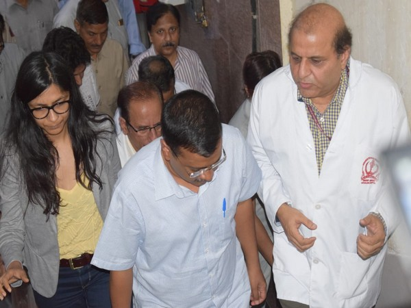 Chief Minister Arvind Kejriwal at Safdarjung hospital (Photo courtesy Delhi CMO)