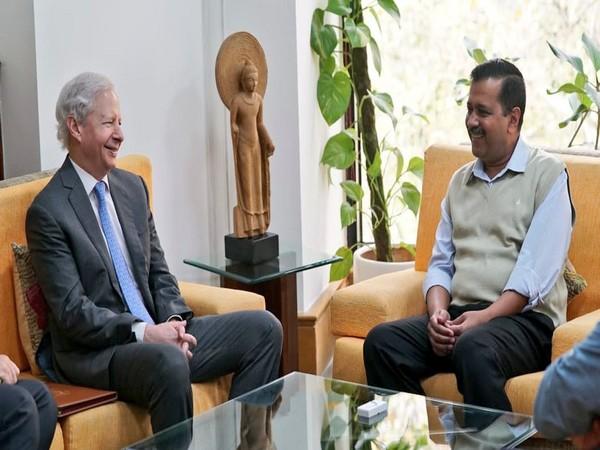 Delhi Chief Minister Arvind Kejriwal with US ambassador to India Kenneth Juster (Picture Credits: Arvind Kejriwal/Twitter)