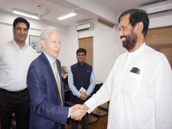 Kenneth Juster with late Union Minister Ram Vilas Paswan. (Ken Juster/Twitter)