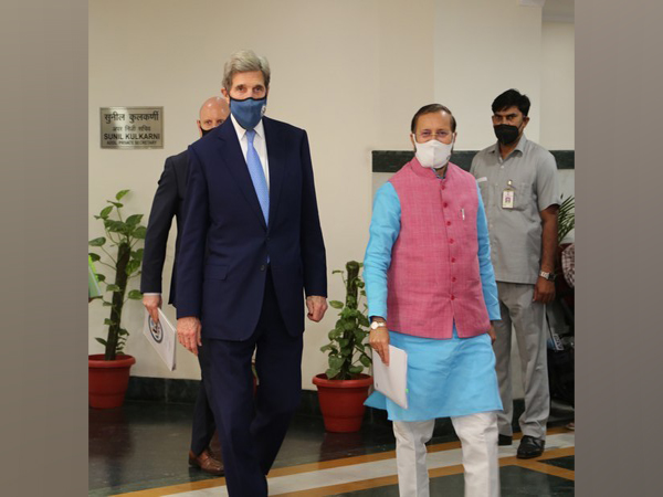 US Special Presidential Envoy for Climate John Kerry with Union Minister for Environment, Forest and Climate Change, Prakash Javadekar (Twitter)