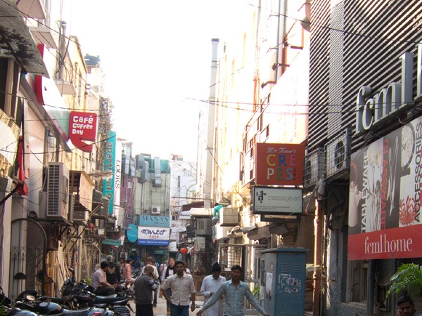 Visual of the promient Khan Market in New Delhi.