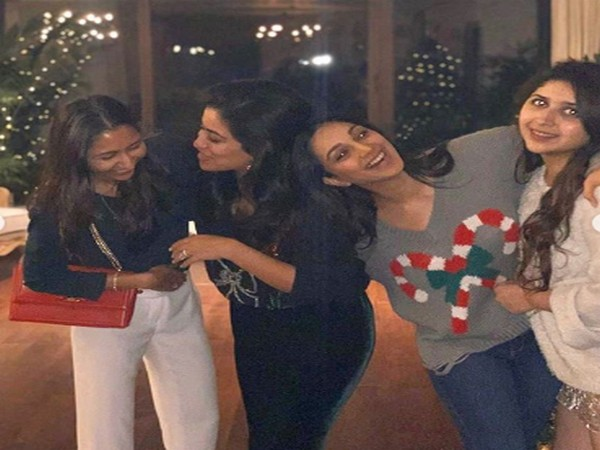 Actor Kiara Advani with her close friends (Image Source: Instagram)