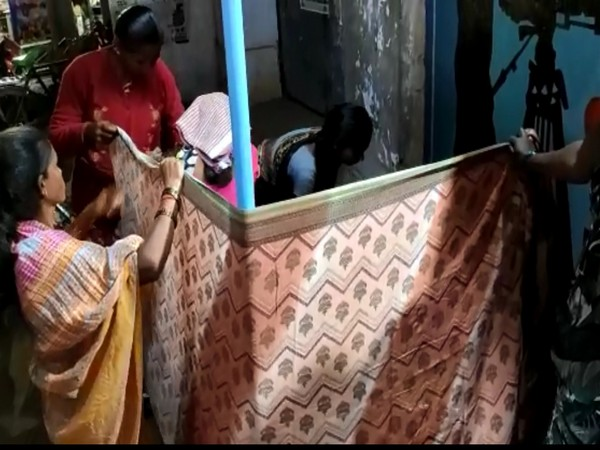 Local women held up a Saree as a blind while the expecting mother delivered the baby on the roadside. Photo/ANI