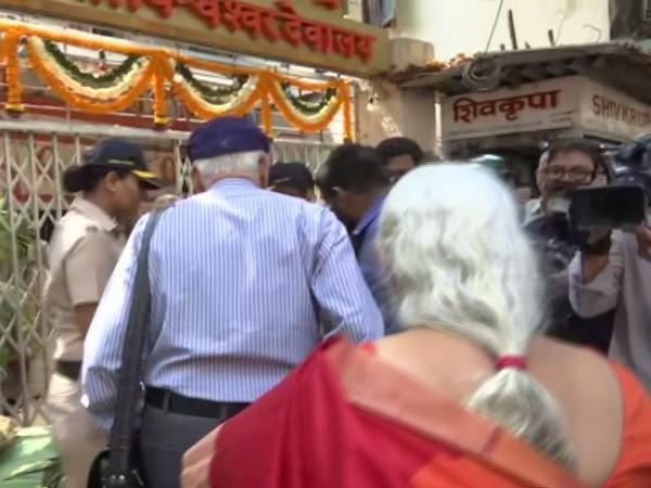 Kulbhushan Jadhav's parents arrive at Kashi Vishveshwar Mandir in Matunga area in Mumbai