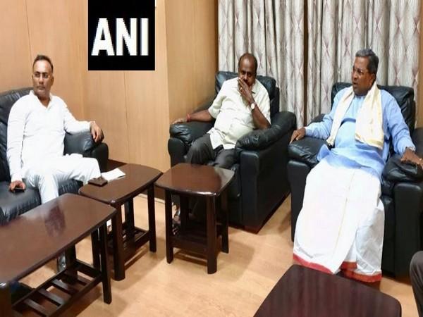 Karnataka Chief Minister HD Kumaraswamy (middle) met with Congress state chief Dinesh Gundu Rao (left) and former chief minister Siddaramaiah (right) in Bengaluru, Karnataka on Tuesday. Photo/ANI