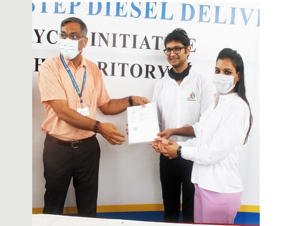 L-R, Pankaj Motiramani (BPCL), Mayank Agarwal (Humsafar) & Sanya Goel (Humsafar)