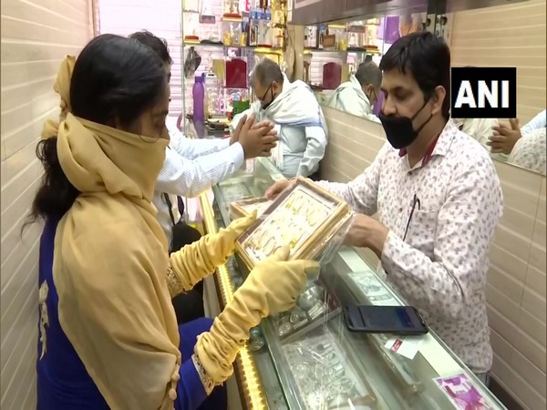 Jewellery shops reopen in Lucknow amid lockdown 4.0. (Photo/ANI)