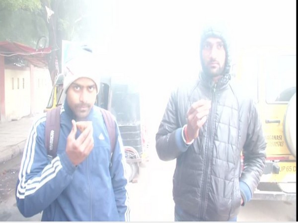 People stop at tea stall to wait for the fog to disperse in Lucknow Photo/ANI