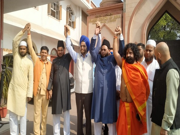 Leaders of different religion in Lucknow harmoniously welcome SC verdict in Ayodhya land dispute case. Photo/ANI