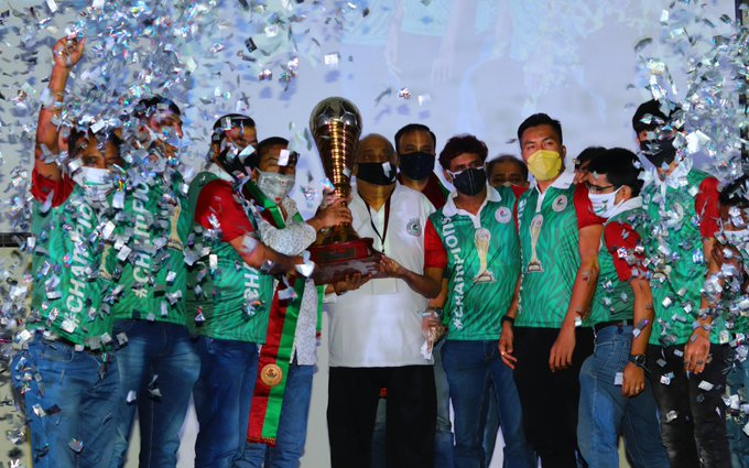 Mohun Bagan players and other officials with the I-League troply (Photo/ I-League Twitter)