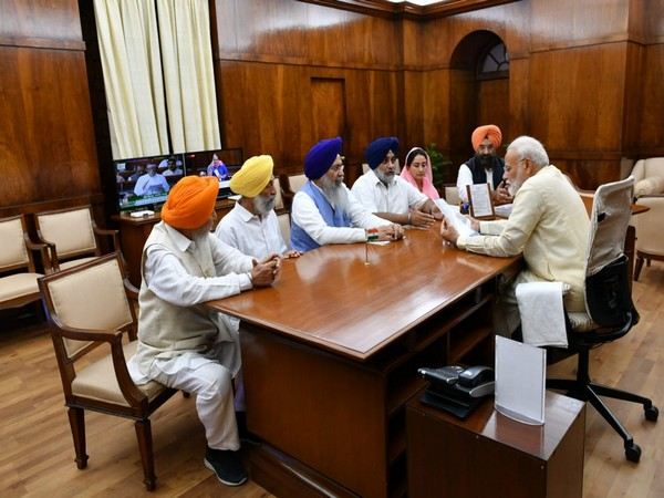 Prime Minister Narendra Modi with leaders of Siromani Akali Dal, SGPC and DSGMC, and representatives from the Board Takht Patna Sahib