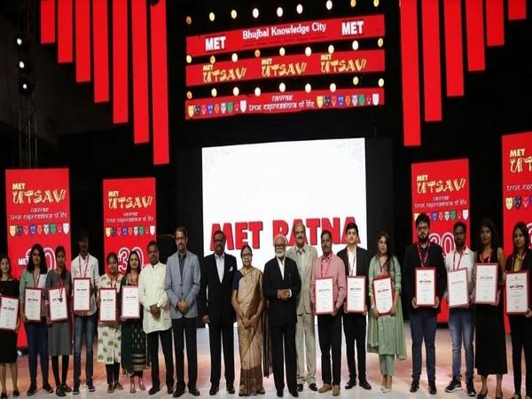 MET Ratna Awardees pose with MET's Founder Chairman Chhagan Bhujbal and Trustees Meena Bhujbal, Pankaj Bhujbal, Samir Bhujbal, Dr Jitendra Wagh and Dilip Khaire