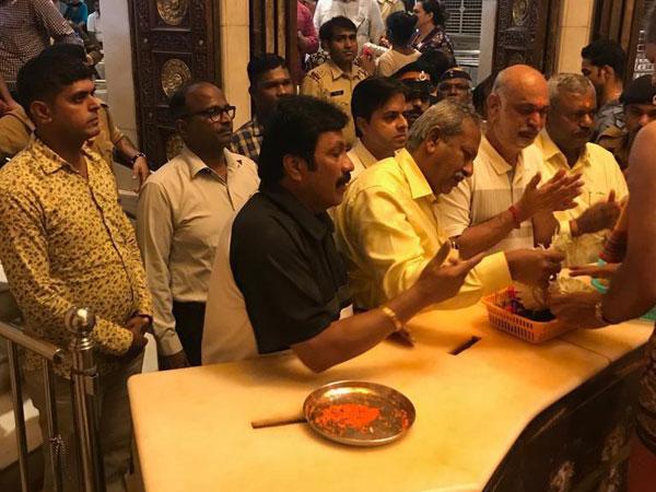 Dissident Congress MLAs while offering prayers at Mumbai temple. Photo/ANI