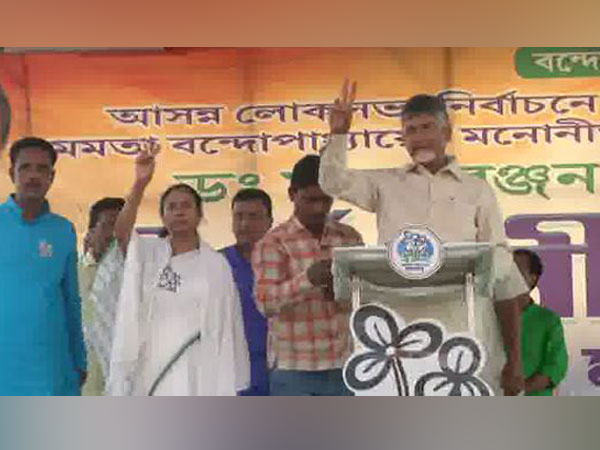 West Bengal Chief Minister Mamata Banerjee and Andhra CM Chandra Babu Naidu addressing a joint rally in Kharagpur on Thursday.