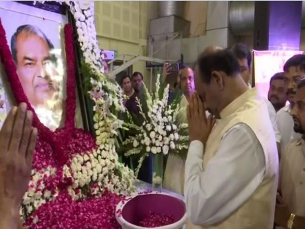 Lok Sabha Speaker Om Birla paying tribute to late former Delhi unit BJP president Mange Ram Garg at Indira Gandhi Indoor Stadium in New Delhi on Sunday. Photo/ANI