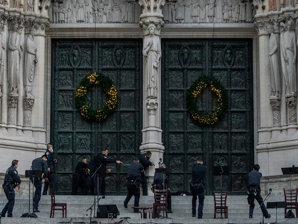 NYPD surrounding the suspect outside St. John the Divine Cathedral on Sunday (local time). (Photo credit: Reuters)