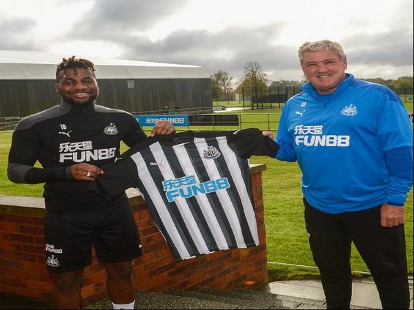 Allan Saint-Maximin with Steve Bruce. (Photo/ Newcastle United FC Twitter)