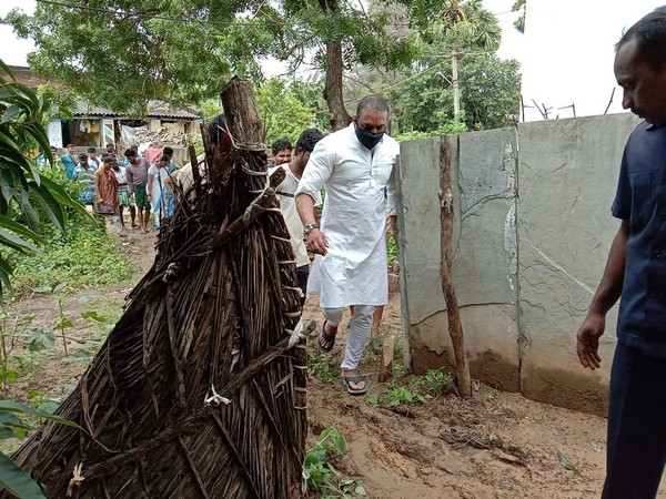 Andhra Pradesh Industries Minister Mekapati Goutam Reddy reviews flood situation in Nellore's Sangam mandal (Photo/ANI)