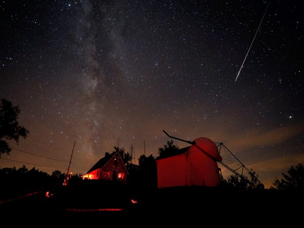 A bright Perseid meteor streaked down on August 7, 2010, at the Stellafane amateur astronomy convention in Springfield, Vermont (Image credits: Sky & Telescope / Dennis di Cicco)