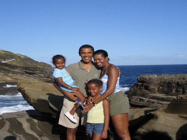 Former US President Barack Obama with wife Michelle Obama and kids (Image source: Twitter)