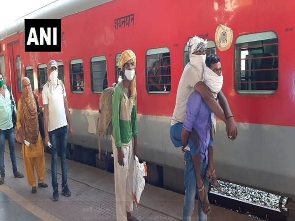 The migrant workers boarding the special train at Sabarmati station on Saturday. Photo/ANI