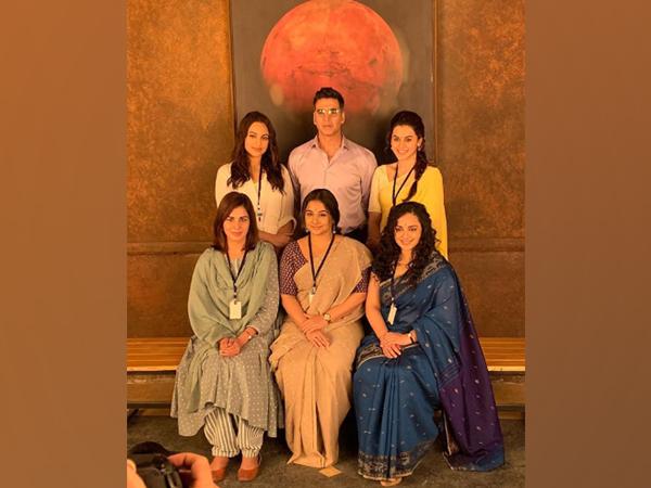 Ensemble cast of 'Mission Mangal' featuring Taapsee Pannu, Akshay Kumar Vidya Balan, Sonakshi Sinha, Kirti Kulhari and Nithya Menen (Image Source: Instagram)