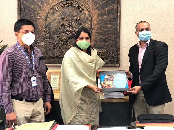 L-R: Dr. Ashish Bharati PMC Health Officer, Ms. Rubal Agrawal, Additional Commissioner and Mr. Jignesh Patel, Founder & CEO of VaccineOnWheels exchanging the MoU
