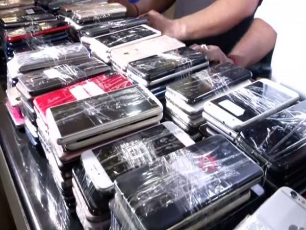 Crime Branch of Delhi Police busted an international gang of mobile smugglers and recovered 311 high-end mobile phone. Photo/ANI