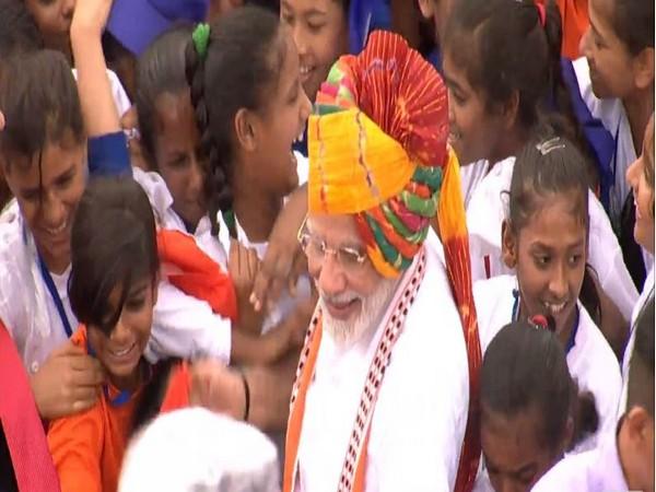 PM Narendra Modi meets children, Image courtesy: YouTube