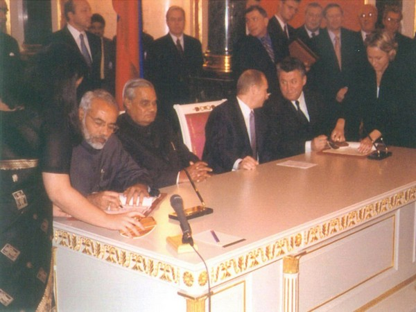 The picture shared by Prime Minister Narendra Modi from India-Russia Summit in 2001. (Picture courtesy: Twitter @narendramodi)