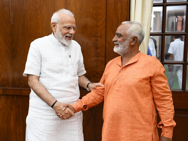 Prime MInister Narendra Modi with Bhikhubhai (Source: Twitter @narendramodi)