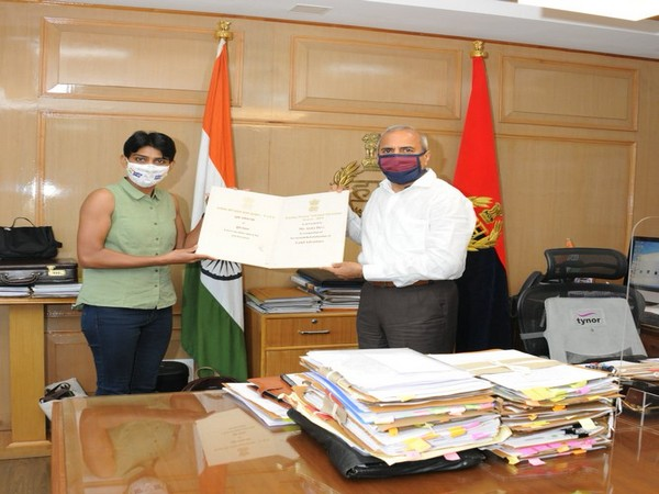 Haryana DGP congratulates Mountaineer cop, Anita Kundu at his office on Tuesday. Photo/Twitter/Haryana Police