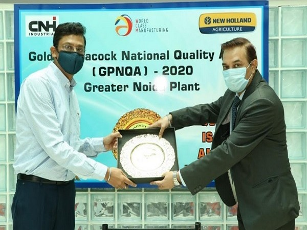 Mr. Narinder Mittal, Executive Director, New Holland Agriculture receiving the award