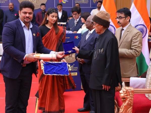Sanjeev Kumar receiving his award from Dr Pranab Mukherjee.