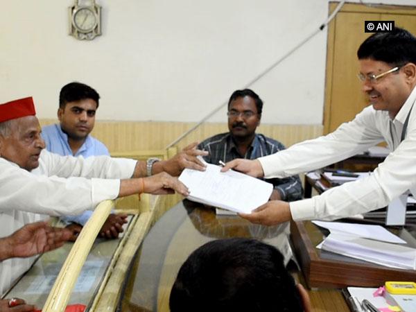Samajwadi Party founder Mulayam Singh Yadav filing his nomination papers from Mainpuri on Monday. Photo/ANI