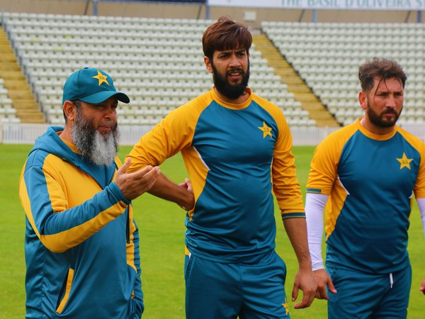 Mushtaq Ahmed with Imad Wasim and Yasir Shah (Photo/PCB Media Twitter)