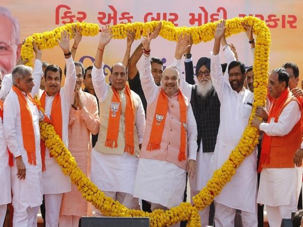Supporters of BJP felicitating (L-R) Nitin Gadkari, Uddhav Thakeray, Rajnath Singh, Amit Shah, Prakash Singh Badal and Ram Vilas Paswan (File Image)