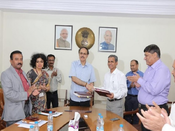 Dr. A. K. Panda, Secretary, MSME, Govt of India exchanging copies of MOU 2019-20 with Shri. Ram Mohan Mishra, ASandDC (MSME) and CMD, NSIC