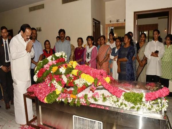 Vice President M Venkaiah Naidu paying tribute to S Jaipal Reddy in Hyderabad on Sunday. (Photo: PIB Twitter)