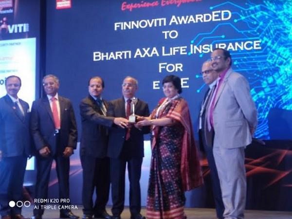 Bharti AXA Life Insurance COO Ishita Mukherjee receiving Finnoviti Award