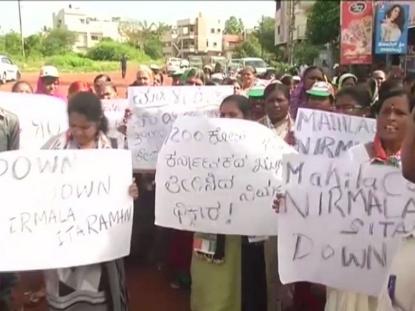 Women Congress workers protesting outside Hubballi airport on Saturday [Photo/ANI]